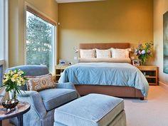 Estudio dormitorio con sillones, copetudo Otomano y del escritorio: Cartera Diseñadores: HGTV - Home & Garden Television