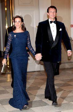 Ce mardi, les robes du soir étaient de mise à Copenhague pour les princesses Mary et Marie de Danemark et leur belle-mère la reine Margrethe II.