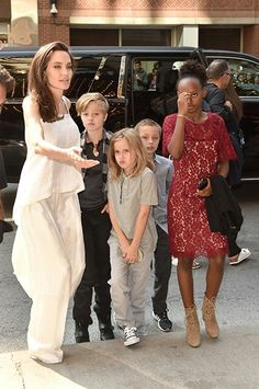 Angelina Jolie looked like a model mom in silky white co-ords this Sunday at the Toronto Film Festival, where she brought along all six of her offspring for the debut of the animated film The Breadwinner. Angelina Jolie Family, Angelina Jolie Images, Angelina Jolie Children, Angelina Jolie Style, Brad And Angelina, Brad Pitt, Cute Celebrities, Celebs, Beautiful Women Over 40