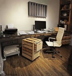 Quando se pensa em móveis de paletes de madeira imaginam-se logo camas, sofás ou mesas de centro, mas na realidade são tão infindáveis as peças de mobiliário que se podem fazer com pallets quanto for ilimitada a nossa imaginação e criatividade, e algum engenho também. Estas 12 ideias de escritórios pessoais feitos com mobiliário de madeira são prova de que com pouco dinheiro e muita criatividade fazem muita magia.