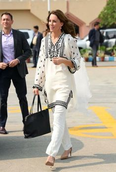 Duchess Kate, Duke And Duchess, Duchess Of Cambridge, Casual Indian Fashion, Indian Outfits, Kate Middleton, The Royal Show, Jenny Packham Dresses, Smile And Wave
