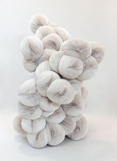Sculpture en papier / by Tara Donovan Tara Donovan, Abstract Sculpture, Sculpture Art, Atelier D Art, Paperclay, White Art, Textile Art, Textile Texture, Installation Art