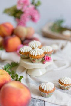 Alles und Anderes: Kleine Pfirsich-Rosmarin-Cupcakes mit süßem…