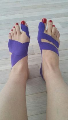 fitness - Kinesiology taping for bunion functional (left) and fascial (right) techniques Fitness Workouts, Sport Fitness, Health And Beauty, Health And Wellness, Health Tips, Health Fitness, Bunion Remedies, K Tape, Bunion Relief
