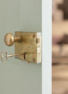 5.jpg (650×892) Door Knockers, Antique Door Knobs, Antique Doors, Vintage Doors, Antique Door Hardware, Antique Brass, Exterior Door Hardware, Home Hardware, Exterior Doors