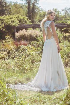 Die neue Kollektion von Lillian West orientiert sich sowohl an aktuellen Modetrends - so gibt es Zweiteiler, die miteinander kombiniert werden können - und beliebten Schnitten und Formen, als auch an Vintage-Brautkleidern und Boho-Hochzeiten. Die Brautkleider vereinen damit moderne Ausschnitte und Schleppen mit dem Stoff von eleganter Seide und Spitze. Romantik pur!
