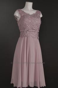 Oud roze korte jurk met kanten top en brede hals 1537