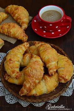 Gabriella kalandjai a konyhában :): Réteges sajtos-vajas kifli - dagasztás nélkül Eastern European Recipes, Bread Dough Recipe, Savory Pastry, Good Food, Yummy Food, Just Eat It, Hungarian Recipes, Baking And Pastry, Appetizers For Party