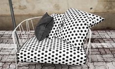simple and beautiful! Kate Middleton Queen, Clubhouses, Paola Navone, Dot Dot, Iron Table, Table Seating, Take A Seat, Poufs, Pillow Talk