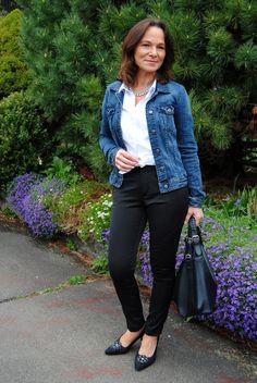 Jaqueta jeans com calça preta skinny, camisa branca e scarpin para um look corporativo. Aqui, vale também aquela calça de alfaiataria mais ampla. Bolsa estilo hobo. Foto: blog Lady of Style