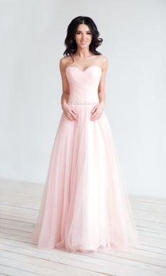 6ee0b3e48b5 Пышное розовое свадебное платье с открытым топом топом и небольшим шлейфом.  Пояс на талии украшен небольшими камнями и бисером.