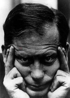 Walter Gropius Walter Gropius nació en Berlín, hijo y nieto de arquitectos. Estudió arquitectura en Múnich y en Berlín. Después de sus estudios trabajó durante tres años en el despacho de Peter Behrens y a continuación se independizó. Entre 1910 y 1915 (año de su matrimonio con Alma Mahler) se dedicó principalmente a la reforma y ampliación de la fábrica de Fagus en Alfeld.