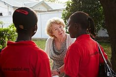 Fundadora da Camfed, Ann Cotton recebeu no último dia 04/11/14 o prêmio Wise Prize for Education, da Fundação Qatar, por sua contribuição para a educação. A organização já apoiou diretamente mais de 1.200 alunas a frequentar a escola.  Fotografia:  Divulgação.