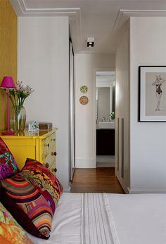 Almofadas de Ana Morelli e enxoval de Ivete Naccache cobrem a cama do casal