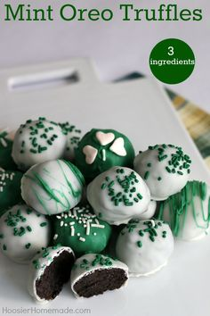 Mint Oreo Truffles - ONLY 3 ingredients is all you need for these delicious St. The kids will have a blast crushing the Oreos, and helping form the balls. Dip in chocolate coating, add sprinkles and you have a fun treat! Irish Desserts, Irish Recipes, Green Desserts, St Patrick Day Snacks, St Patricks Day Food, St Patricks Day Deserts, Saint Patricks, Fudge, St Patrick's Day Cookies