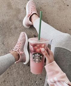 healthy starbucks drinks Starbucks drinks are often full of sugar. So here are 11 low-sugar and low-cal healthier Starbucks drinks for you to try out on your next order! Starbucks Hacks, Starbucks Frappuccino, Copo Starbucks, Bebidas Do Starbucks, Healthy Starbucks Drinks, Starbucks Secret Menu Drinks, Starbucks Recipes, Yummy Drinks, Pink Starbucks