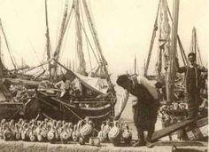 Πωλητής σταμνιών. Greece Photography, Greek History, Yesterday And Today, Athens Greece, Crete, Old Photos, Sailing Ships, The Neighbourhood, Boat