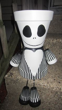 Nightmare before christmas Jack Skellington is one of the top sellers. Body will be 6 inch pots with smaller ones for arms and feet. Flower Pot Art, Clay Flower Pots, Terracotta Flower Pots, Flower Pot Crafts, Clay Pot Projects, Clay Pot Crafts, Craft Projects, Fall Halloween, Halloween Crafts