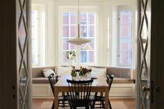 Fint burspråk med inbyggd soffa + fina glasdörrar seventeendoors: ett kök i lärkstan Built In Sofa, Sofas, Dining Room, Windows, Curtains, Building, Furniture, Home Decor, Couches