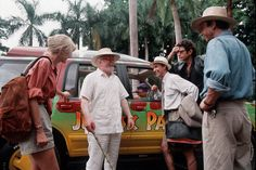 A replica cane like the one Lord Attenborough used in Jurassic Park sold for Lord Attenborough is pictured on set of Jurassic park (centre) with (left to right) Laura Dern, Martin Fererro, Jeff Goldblum and Sam Neil Jurassic Park Trilogy, Jurassic Park 1993, Jurassic Park World, Jurassic Movies, Movie Photo, I Movie, 90s Movies, Chaplin Film, Richard Attenborough