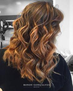 Mechas com tons que combinam com o seu tom de pele, aqui a gente te ajuda a chegar na cor desejada dos seus cabelos com quem entende do assunto! Aposta linda para essa virada, que tal, meninas?👆💥❤️ 📱Faça um orçamento: 👉 { 037-99842-3810 - Luiza } || by #RondyGoncalves || #moda #mechas#aquinosalao #fashion #hair #hairstyle#highlights #Trends #transformação #top#nofilter #cabelos #ombre #style#instablond #instagood #wella #nofilter#top #cabelos #loirobh #olaplex #hairpost#Hairinspiration…