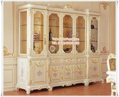 Lemari Hias Mewah Eropa Klasik– salah satu interior kategori mewah yang cocok untuk ruang tamu rumah anda. Sentuhan ukiran yang sangat detail dan halus merupakan khas furniture Jepara.