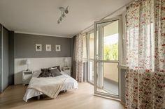 Tą przytulną sypialnię odnajdziemy w Bielsku-Białej przy ulicy Wiśniowej. Po lewej stronie znajduje się przestronna garderoba ukryta za przesuwnymi drzwiami.