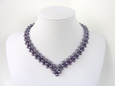 Free beading pattern for elegant and classic V-shaped pearl necklace.