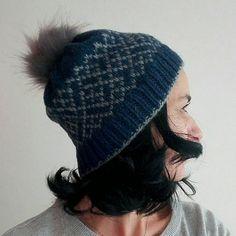 Bonnet tricoté jacquard en laine et alpaga. Retrouvez cet article dans ma boutique Etsy https://www.etsy.com/fr/listing/610619787/wool-beanie-wool-hat-pompom-beanie