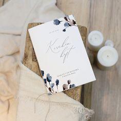 Hülle für Kirchenheft mit einem Band Ihrer Wahl. Enthält die Texte sowie die Musik & Lieder für die Zeremonie. Ein schönes Erinnerungsstück, die Ihre Gäste nach der Zeremonie behalten können. Tipp: Drucken Sie Ihr Programm auf Einlegeblätter im A4-Format einfach selbst aus. Mittig falten und mit einem Band befestigt, erhält ihr Programm ein schickes Outfit - passend zum Anlass. #kirche #kirchenheft #kirchendeko #diy #deko #hochzeit #wedding #hochzeitsdeko #hochzeitpapeterie