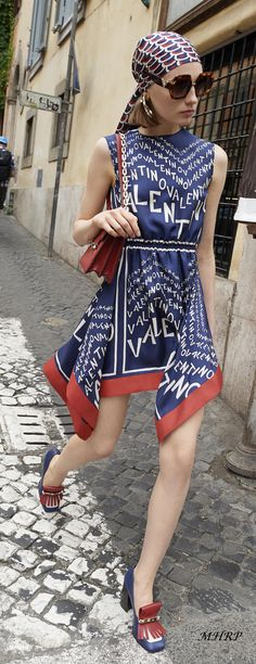 Valentino and checkout those shoes! Fashion Line, Love Fashion, Runway Fashion, High Fashion, Womens Fashion, Fashion Design, Fashion Trends, Valentino Resort, Valentino Dress