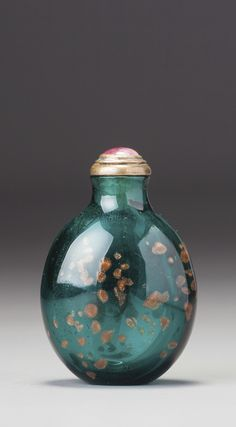 AN EMERALD-GREEN AVENTURINE-GLASS SNUFF BOTTLE QING DYNASTY, QIANLONG / EARLY JIAQING PERIOD