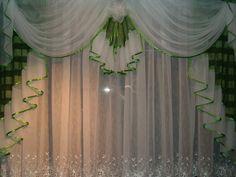 Klassisch Weisser Vorhang Mit Braunen Seitenschals Und Goldener Verzierung