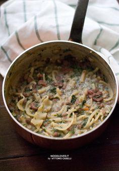 Un comfort food cremoso, accogliente, saporito e svuotafrigo... da preparare in poche mosse e velocemente! Minestra di pasta con fagioli, ceci e spinaci.