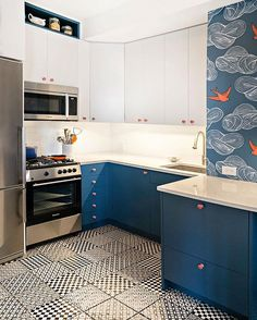 We'll be daydreaming about this kitchen all day! (via @paulinahospod - thank again!) #daydreamwallpaper #patternmixing @juliarothman #kitchendecor #ahainteriors #interiordeaign #tilebar #☁️