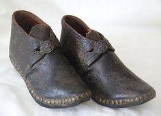 """Recién desde principios del siglo XIX que los zapatos de venta masiva diferencian el pie izquierdo del pie derecho (los llamados """"straights"""")."""