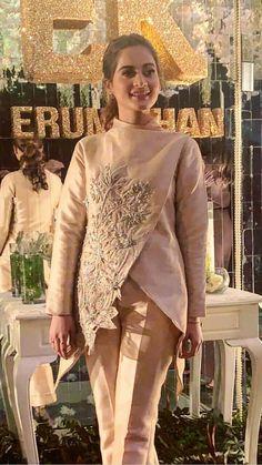 Lovelay 😘😘😘 Pakistani Wedding Outfits, Pakistani Dresses, Indian Dresses, Indian Outfits, Stylish Dresses, Women's Fashion Dresses, Hijab Fashion, Kurta Designs, Blouse Designs