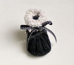 Chaussons+bébé+tricotés+avec+bouton+tissé+(chat)+de+Fée+tricoteuse+sur+DaWanda.com
