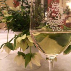 Wein von 3 wine glass and spring flowers