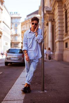 Round glasses, camisa de botão com um shape mais solto, jeans com lavagem clean, brogs clássicos e relógios… 3 relógios.