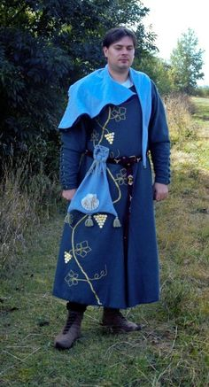 warm wool lined cotte, buttoned forearm golden embroidered wine bush, bezants, wool hood, purse. cca 1310,   REPORT: files.posadow.webnode.cz/200000041-ad6f2ae6ff/zeleny_vlneny.pdf