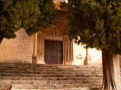 Moustiers-Sainte-Marie : le portail de la chapelle Notre Dame de Beauvoir