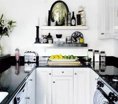 Cocina pequeña en blanco y negro