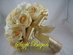 Lindo Buquê produzido com rosas super delicadas de e.v.a. em Champanhe e Branco, pétalas fininhas como uma pétala de rosa natural, aparência e textura super próximas às rosas naturais! <br> <br>Detalhes do Buquê: <br>*Aproximadamente 32 rosas; <br>* Fitas de cetim envolvendo a haste; <br>* Laço duplo de cetim Champanhe, super delicado. <br>* Strass no cabo. <br>* Meia - Pérola em todas as Flores. <br>* Borboletas na parte de trás do cabo. <br>* Coração de Pérola no laço. <br>* Cordão de…