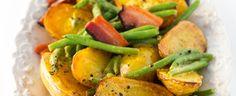 Troubu předehřejte na 180 °C. Udělejte dresink: všechny na něj potřebné ingredience našlehejte v misce, osolte ho a opepřete. Brambory, slaninu a olej...