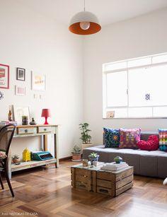 Esse apê tem ótimas ideias, móveis garimpados e cores na dose certa. Veja mais em www.historiasdecasa.com.br