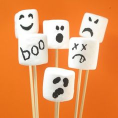 Ghost marshmallow pops and 35 other ghostly treats, snacks and drinks for Halloween. Fun food for your Halloween party. Ghost treats and snacks. Halloween Snacks, Diy Festa Halloween, Comida De Halloween Ideas, Postres Halloween, Recetas Halloween, Soirée Halloween, Halloween Cupcakes, Holidays Halloween, Halloween Decorations