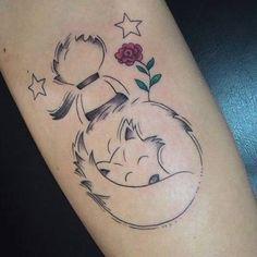 Resultado de imagem para tatuagens femininas do pequeno principe Mini Tattoos, All Tattoos, Sleeve Tattoos, Tatoos, Little Prince Tattoo, The Little Prince, Disney Tattoos, Prince Tattoos, Tattoo Feminina