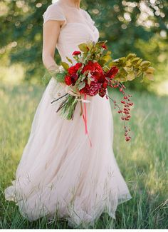 Romantic inspirations in rose, red and gold, dress: Reem Acra, photo and styling: Kayla Barker Fine Art Photography | www.hochzeitsguide.com