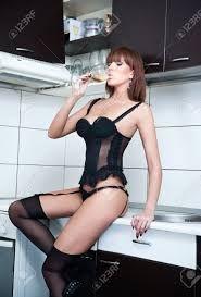 Resultado de imagen de en bikini bebiendo vino
